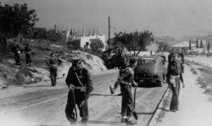 Britští vojáci prohledávají silnici kvůli minám
