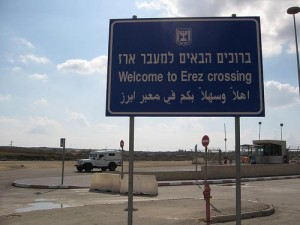 Na Izrael dopadají rakety, humanitární pomoc do Gazy však přerušena nebyla