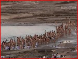 Americký fotograf fotil naháče u Mrtvého moře, chce tak upozornit na ekologické problémy (+video)