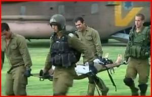 Izraelští vojáci evakuují jednoho ze zraněných