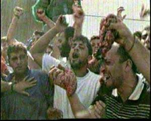 Dav Palestinců s vnitřnostmi zavražděných Izraelců